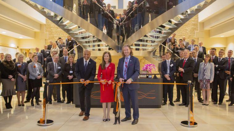 Alltech stříhá pásku na slavnostním otevření nové centrály v anglickém Stamfordu. Zleva doprava: Alric Blake, COO; Deirdre Lyons, spoluzakladatelka a ředitelka pro firemní image a design; a Mark Lyons, prezident společnosti Alltech.