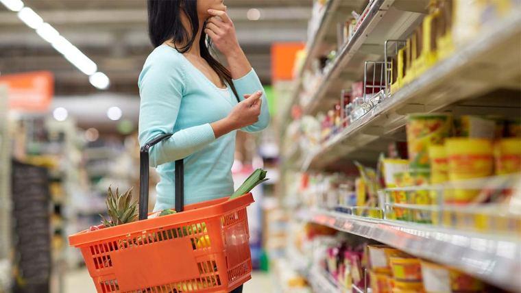 Consumidora no supermercado